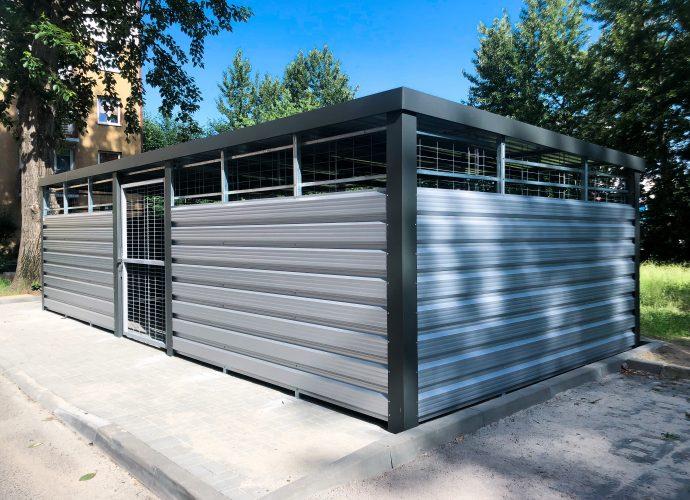 Seria Standard gromadzi najbardziej typowe, uniwersalne osłony śmietnikowe. Doskonale sprawdzą się one między innymi na terenie osiedli mieszkaniowych – starannie zaprojektowana, nowoczesna konstrukcja bez problemu wpasuje się w miejską architekturę.